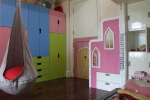Nhìn ra cửa phòng. Hệ tủ STUVA của IKEA cho phép thay đổi khi bé lớn dần (ví dụ cho thanh treo áo cao lên)