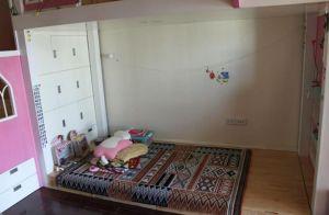 Giường ở tầng 1. Bé có thể ngủ ở đây hoặc ở tầng 3 tùy thích. Các hộc tủ trắng ở dưới cầu thang tận dụng không gian