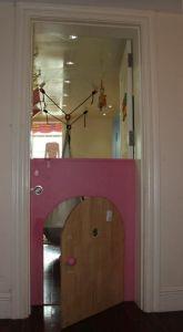 Cánh cửa trên có thể mở ra để trông lũ trẻ chơi bên trong