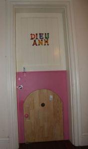 Cửa vào phòng gồm 3 cánh (theo kiểu Dutch door). Cửa bé là để bọn trẻ chui nếu thích chui hơn đi qua cửa. Thực tế cho thấy chúng nó k0 chui nhiều