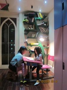 Góc phòng đã có thêm bàn học và giá sách hình cây