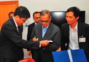 """Ông Murthy tặng chữ ký trên cuốn """"A better India, a better world"""". Trụ sở Infosys, Bangalore, tháng 8/2010."""